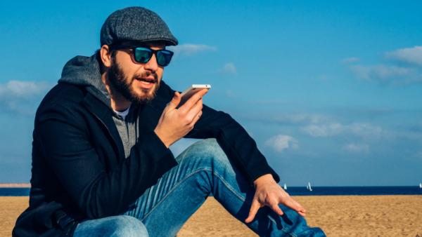 音声アプリを使う男性