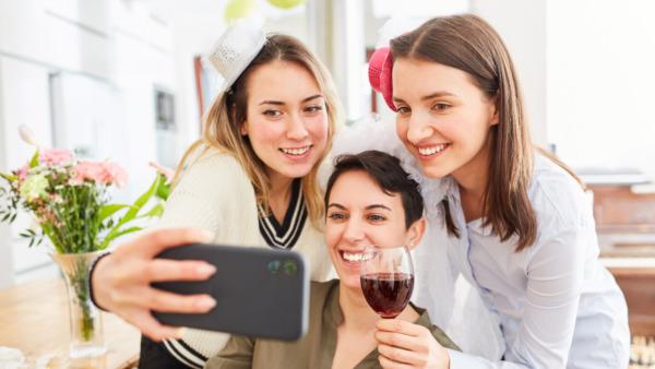 ライブ配信中の女性たち