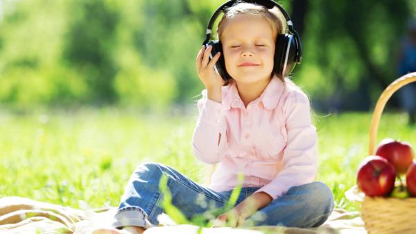 音楽を聴いてる少女