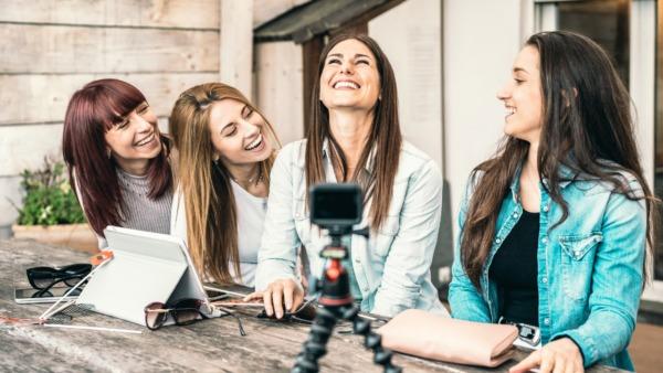 撮影する女性たち