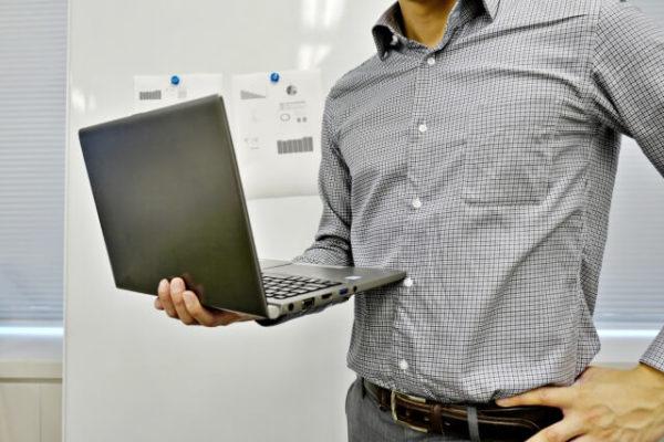 パソコンを持つビジネスマン