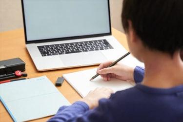 家で勉強する男性