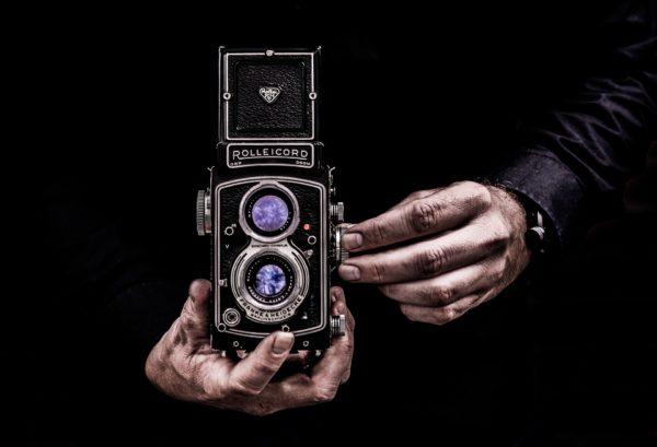 カメラを持つ男