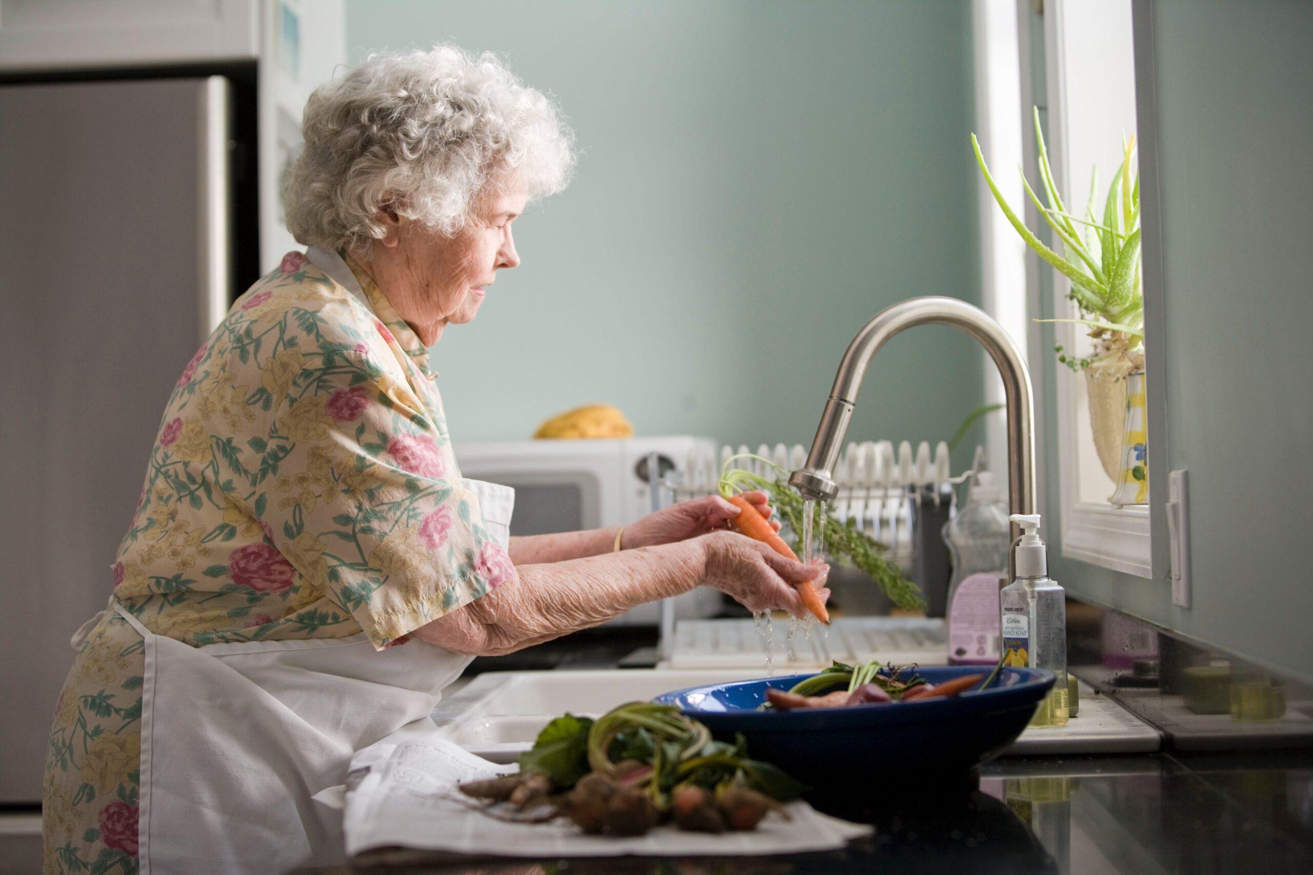 野菜を洗う人