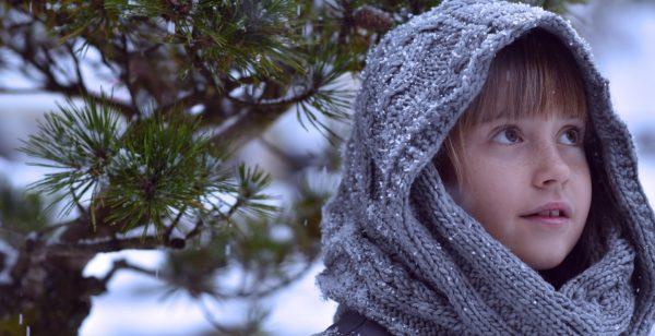 雪の中の少年