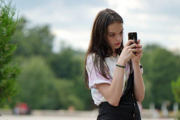 スマートフォンを操作している少女