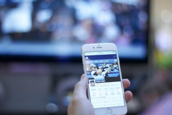スマートフォンで動画を見ている