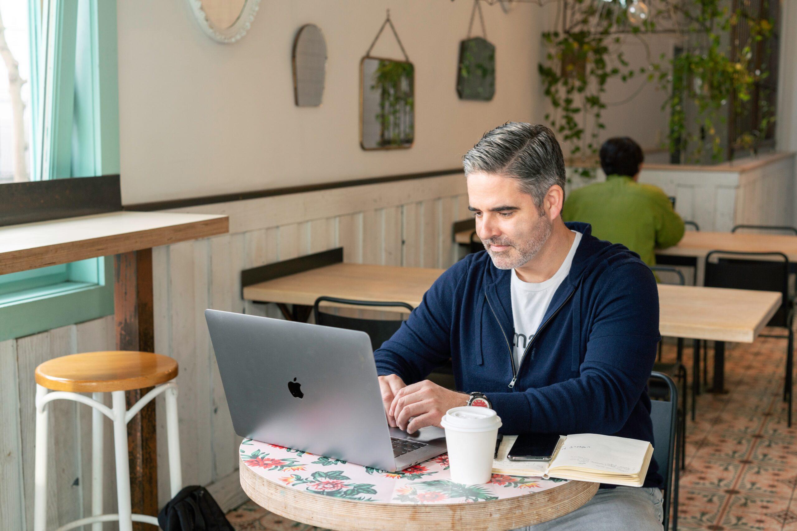 カフェで作業する男性