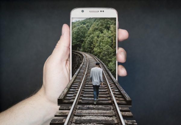 スマートフォンへ向かう男