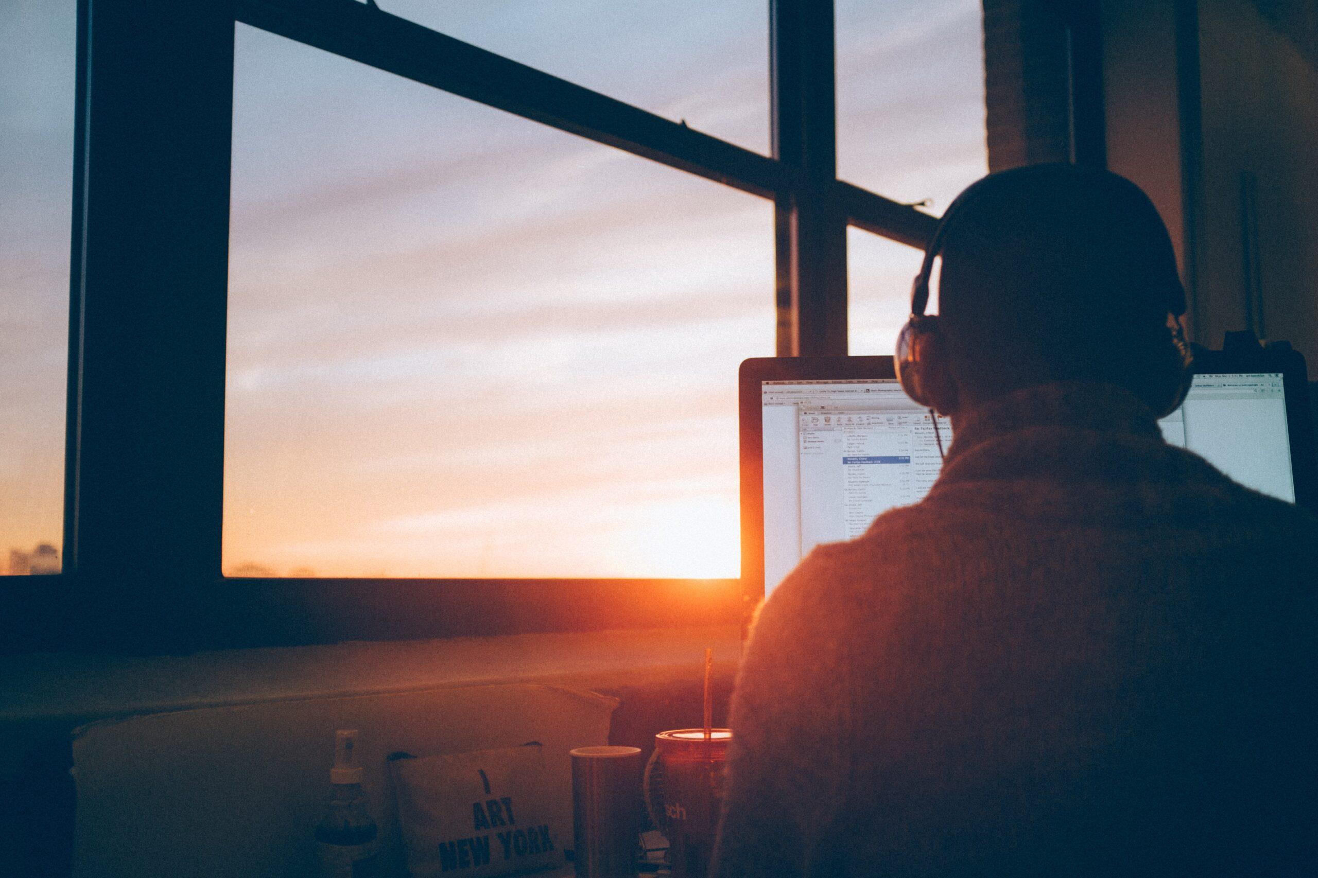 夕日とパソコン