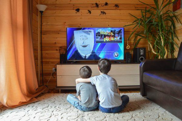 テレビを見る子どもたち