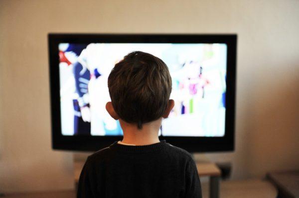 テレビを見る少年