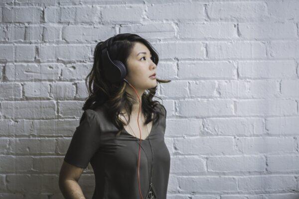 ヘッドフォンをしている女性